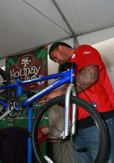 San Francisco 49ers Stars Bring Joy to Children by Assembling and Delivering Bicycles